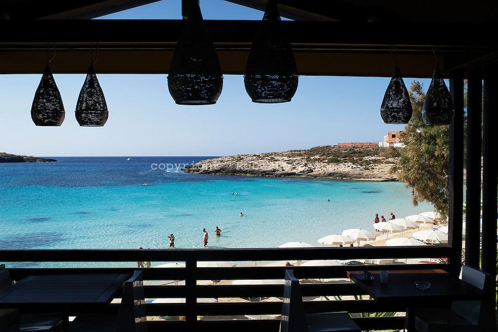 Lampedusa, Italia - 2 luglio 2011. Pochi turisti si rilassano nel mare di Lampedusa dopo l'emergenza immigrazione dello scorso inverno che ha portato ad un calo del 70 % delle presenze sull'isola..Ph. Roberto Salomone Ag. Controluce