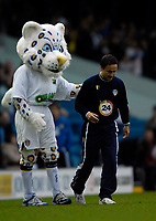 Photo: Jed Wee.<br />Leeds United v Southend United. Coca Cola Championship. 28/10/2006.<br /><br />Leeds' new manager Dennis Wise (R) is congratulated by the Leeds mascot.