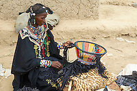 Niger. Marche du dimanche d'Ayorou sur les rives du fleuve Niger. Femme Bellas, anciens captifs des Touaregs. // Niger. Sunday market at Ayorou on the Niger river bank. Bellas woman, former slaves from the Touaregs.
