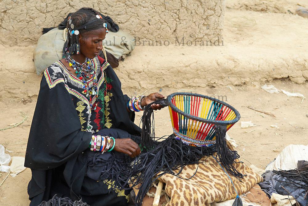 Niger. Marche du dimanche d'Ayorou sur les rives du fleuve Niger. Femme Bellas, anciens captifs des Touaregs. // Niger. Sunday market at Ayorou on the Niger river bank. Bellas woman, former slaves from the Touaregs.