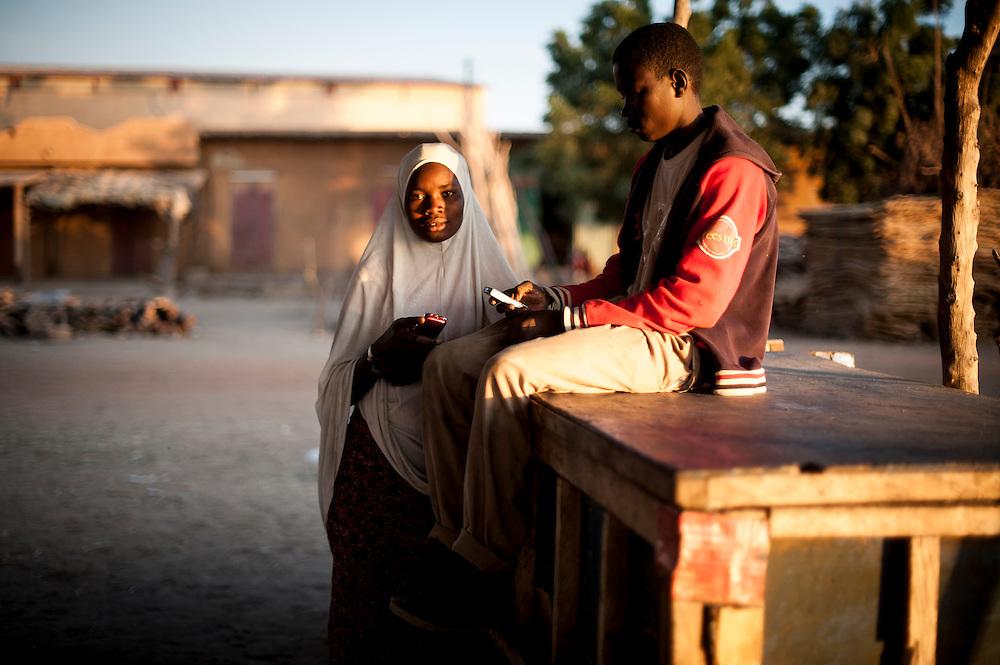 08/02/2013. Gao. Mali. Un jeune couple au grand marché de Gao. ©Sylvain Cherkaoui/ Cosmos pour Le Monde