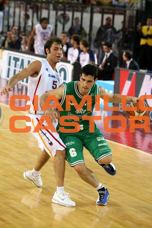 DESCRIZIONE : Roma Lega A1 2005-06 Play Off Semifinale Gara 4 Lottomatica Virtus Roma Benetton Treviso <br />GIOCATORE : Zisis<br />SQUADRA : Benetton Treviso <br />EVENTO : Campionato Lega A1 2005-2006 Play Off Semifinale Gara 4 <br />GARA : Lottomatica Virtus Roma Benetton Treviso <br />DATA : 08/06/2006 <br />CATEGORIA : Palleggio<br />SPORT : Pallacanestro <br />AUTORE : Agenzia Ciamillo-Castoria/G.Ciamillo