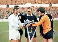 Fotball<br /> England<br /> Wolverhampton<br /> Foto: Colorsport/Digitalsport<br /> NORWAY ONLY<br /> <br /> Alan Mullery (Spurs Captain) exchanges pennants with Jim McCalliog (Wolves). Tottenham Hotspur v Wolverhampton Wanderers. UEFA Cup Final 1972. 2nd leg @ White Hart Lane. 17/5/72.