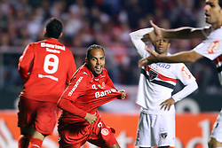 Alecsandro comemora seul gol na partida entre as equipes do São Paulo e Internacional, realizada no Estádio Morumbi, em São Paulo, válido pela Semi-final da Copa Libertadores da América 2010. FOTO: Jefferson Bernardes / Preview.com