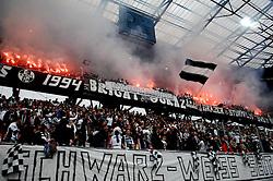 16.05.2010, Hypo Group Arena, Klagenfurt, AUT, ÖFB Stiegel Cup Finale 2010, SK Puntigamer Sturm Graz vs Sc Magna Wr. Neustadt, im Bild Pyrotechnik, Feature, Sturm Graz, Fan, Fans, Fahne, Flagge, Mann, Sturm Graz Fans, EXPA Pictures © 2010, PhotoCredit: EXPA/ J. Hinterleitner / SPORTIDA PHOTO AGENCY