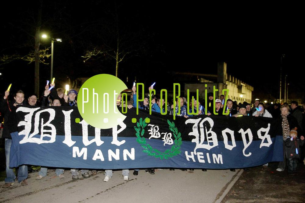 Mannheim. Beim Demonstrationszug von Waldhof-Fans am heutigen Abend d&uuml;rfen die Teilnehmer keine Fackeln anz&uuml;nden. Das st&auml;dtische Ordnungsamt habe offenes Feuer bei der Veranstaltung wegen Brandgefahr verboten, teilte der Fan-Beauftragte mit. Als Ersatz hat er nach eigenen Angaben nun 350 Neonst&auml;be und Taschenlampen besorgt - die meisten mit blauem Licht, was in Kontrast zum Dunkel der Nacht die Vereinsfarben Blau-Schwarz zum Leuchten bringen soll. Mit dem Zug wollen die Fans an alle Beteiligten appellieren, f&uuml;r eine Zukunft f&uuml;r den SV Waldhof zu k&auml;mpfen. Start der Demo ist um 19.07 Uhr - entsprechend dem Gr&uuml;ndungsjahr des Vereins - am Parkplatz am Alsenweg. Von dort geht es durch den Stadtteil zum Taunusplatz, wo sich der Zug nach einer kurzen Ansprache aufl&ouml;sen soll. Die Veranstaltung soll nun k&uuml;nftig jeden Donnerstag zur gleichen Zeit stattfinden - &quot;bis die Situation des SV Waldhof gekl&auml;rt ist&quot;, so die Organisatoren.<br /> <br /> <br /> Bild: Markus Pro&szlig;witz<br /> <br /> ++++ Archivbilder und weitere Motive finden Sie auch in unserem OnlineArchiv. www.masterpress.org ++++
