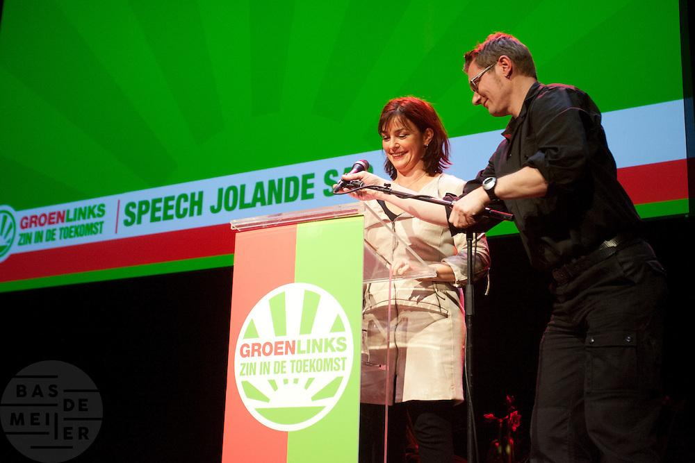 Jolande Sap gaat beginnen aan haar toespraak op het congres. In Utrecht vindt het 30e partijcongres plaats van GroenLinks. Een van de heikele punten is de missie naar Kunduz. Ook wordt een nieuwe partijvoorzitter gekozen.<br /> <br /> Political leader of GroenLinks, Jolande Sap, is getting ready for her speech. The Dutch party GroenLinks (Green party) holds its 30th convention in Utrecht. One of the big issues is the mission to Kunduz. They will also elect the new chairman of the party.