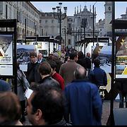 Torino 13/10/2010 Una mostra per raccontare il maggiore progetto urbano per Torino, che cambierà il volto dell'area nord...Una prima occasione per conoscere il tracciato della linea 2 della Metropolitana, la trasformazione di oltre un milione di metri quadri di aree dismesse che diventeranno nuovi edifici e spazi verdi, le prossime azioni di rigenerazione fisica, economica e sociale e, in particolare, gli esiti del concorso internazionale di idee che ha coinvolto oltre 80 gruppi di architetti venuti a immaginare un futuro possibile per Barriera di Milano e Regio Parco.....Una mostra ideata e curata da Urban Center Metropolitano per la Città di Torino...In piazza San Carlo, dal 13 ottobre al 7 novembre 2010.