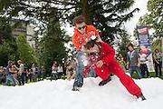 Een student zeept 'der Rudi', de skileraar uit de Heineken commercial, in met sneeuw. Tijdens de Utrechtse IntroductieTijd (UIT) houden de nieuwe studenten van de Universiteit Utrecht een groot sneeuwballengevecht.<br /> <br /> New students of the Utrecht University are having a fight with snowballs during the Utrecht Introduction Time (UIT).