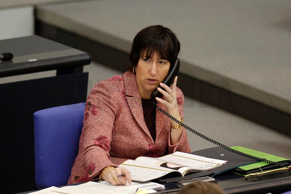 09 FEB 2006, BERLIN/GERMANY:<br /> Hildegard Mueller, CDU, Staatsministerin im Bundeskanzleramt, telefoniert, waehrend einer Bundestagsdebatte, Plenum, Deutscher Bundestag<br /> IMAGE: 20060209-02-001<br /> KEYWORDS: Hildegard M&uuml;ller, Telefon, phone