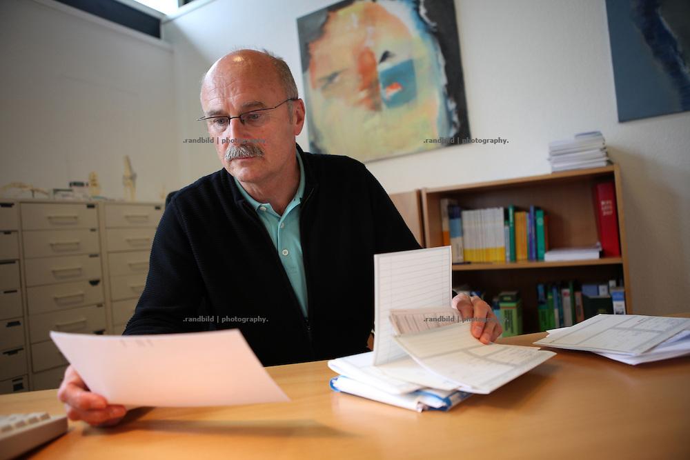 Landarzt Dr. Reiner Kretschmer in seiner Praxis in Gartow, Lüchow-Dannenberg.