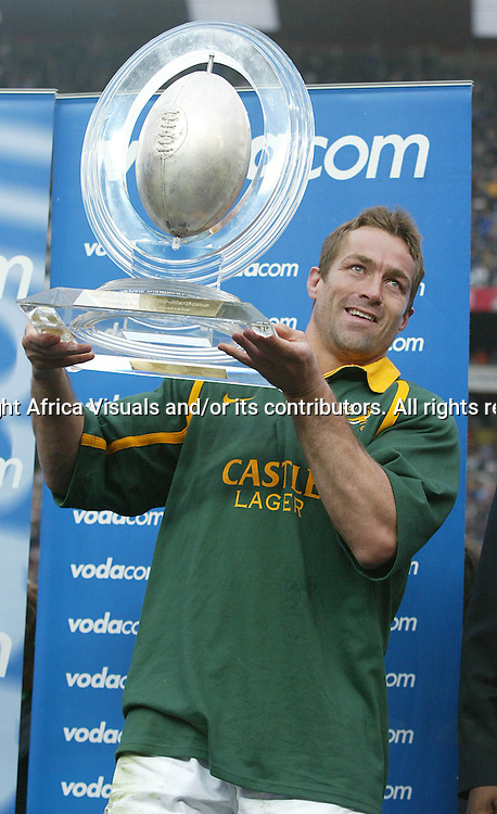 17 August 2002, Ellis Park, Tri - Nations, Rugby Union. South Africa v Australia. Corne Krige hols up the Vodacom trophy. The Springboks defeated Australia, 33-31.<br />