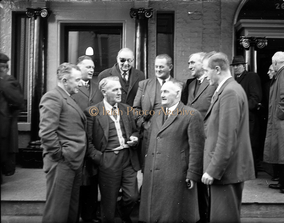 03/12/1952<br /> 12/03/1952<br /> 03 December 1952<br /> Beet Growers Association meeting at Buswells Hotel, Dublin. Picture shows members of the association in discussion outside the hotel.