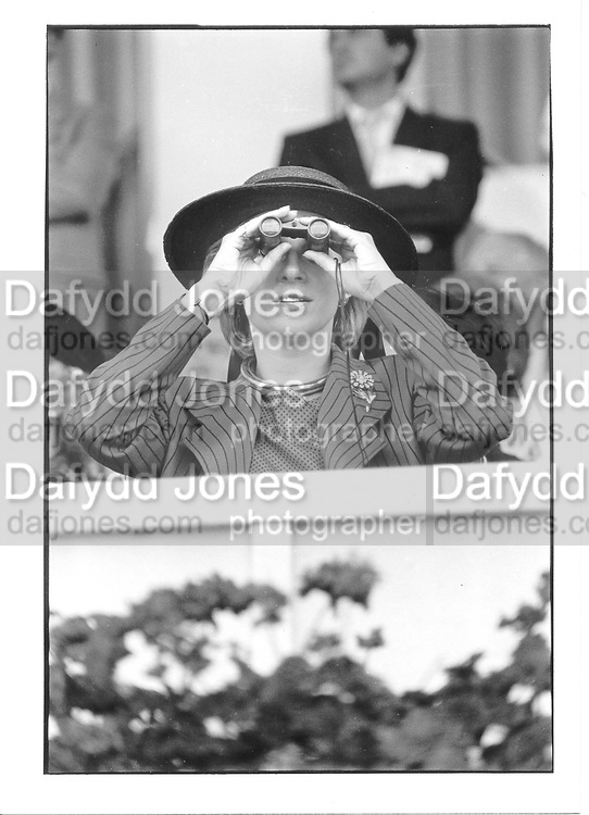 Duchess pf Gloucester. Arc de triomphe. Longchamp. Paris. 1985 approx.  © Copyright Photograph by Dafydd Jones 66 Stockwell Park Rd. London SW9 0DA Tel 020 7733 0108 www.dafjones.com