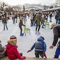 Nederland, Amsterdam, 26 december 2016.<br />Drukte in de stad op 2e Kerstdag zoals hier op het Museumplein compleet met kerstmarkt en ijsbaan.<br /><br /><br /><br />Foto: Jean-Pierre Jans