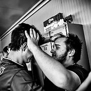 Athlètes d'une équipe de rugby s'encouragent, pendant les Jeux Nationaux Special Olympics 2017 d'Italie, pour handicappés mentaux