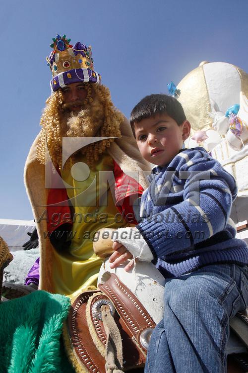 TOLUCA, México.- Niños, jóvenes y adultos acuden a la Plaza Ángel María Garibay a tomarse la tradicional fotografía con los Reyes Magos y aprovechan para recordarles que es lo que quieren de regalo este 6 de Enero. Agencia MVT / Crisanta Espinosa. (DIGITAL)