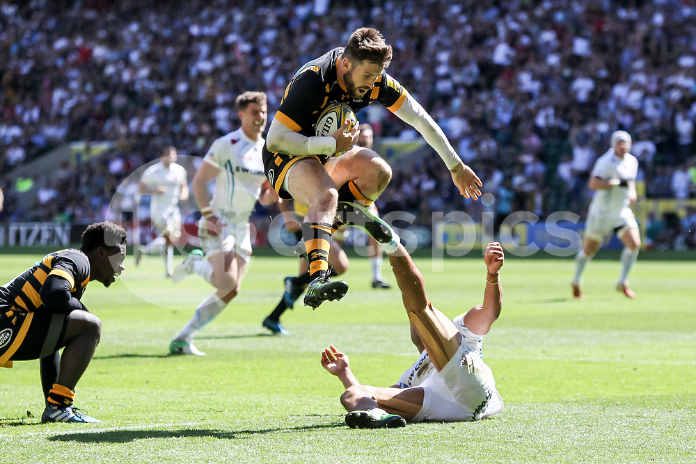 Elliot Daly of Wasps collects the ball and scores a try to make it 15-14 during the Aviva Premiership play-off Final between Wasps and Exeter Chiefs at Twickenham Stadium, Twickenham, United Kingdom on 27 May 2017. Photo by Ken Sparks.