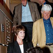 Uitreiking Nipkovschijf 1999, Mies Bouwman met achter haar haar man Leen Timp
