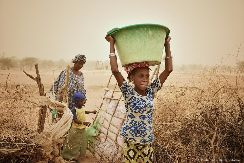 Senegal. Dank eines von HEKS mitfinanzierten Brunnens können Frauen vor ihren Häusern etwas ausserhalb von YOUNOUFERE liegen, einen kleinen Garten anlegen und Gemüse anbauen.