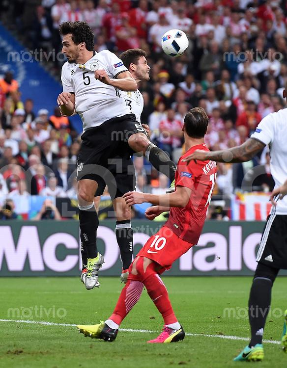 FUSSBALL EURO 2016 GRUPPE C IN PARIS Deutschland - Polen    16.06.2016 Mats Hummels (li) und Jonas Hector (hinten, beide Deutschland) gegen Grzegorz Krychowiak (re, Polen)