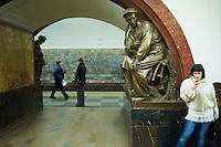 Russie, Moscou, la station de métro place de la Revolution (Ploshad Revolutsi) // Russia, Moscow, metro station Revolution Square (Ploshad Revolutsi)
