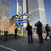 FRANCOFORTE, simbolo dell'Euro davanti la sede della Banca Centrale Europe BCE. <br /> <br /> Euro  logo (sign by artist Otmar Hoerl) in  front of the Eurotower, the European Central Bank Headquarters, Frankfurt am Main, Germany, Europe