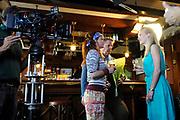 Setbezoek van het  tweede seizoen Dokter Tinus waar de opnamen in Woudrichem plaats vinden.<br /> <br /> Op de foto: scene met Jack Wouterse, Jennifer Hoffman en Juliette van Ardenne