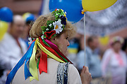 Frankfurt am Main | 05 July 2014<br /> <br /> Am Samstag (05.07.2014) demonstrierten am Domplatz in Frankfurt am Main etwa 25 Menschen f&uuml;r die Unabh&auml;ngigkeit der Ukraine und gegen den Einfluss von Russland.<br /> Hier: Eine Demonstrantin mit einem Blumenkranz auf dem Kopf.<br /> <br /> [Foto honorarpflichtig, kein Model Release]<br /> <br /> &copy;peter-juelich.com
