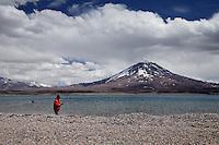 TURISTAS PESCANDO EN LAGUNA DEL DIAMANTE, RESREVA NATURAL LAGUNA DEL DIAMANTE, PROVINCIA DE MENDOZA, ARGENTINA