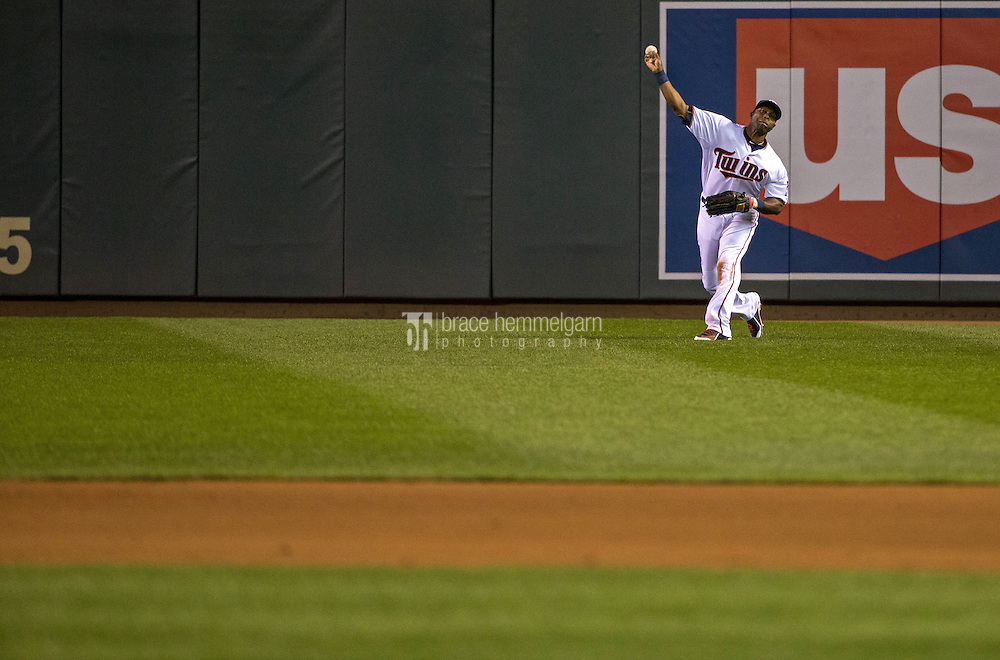 MINNEAPOLIS, MN- APRIL 30: Torii Hunter #48 of the Minnesota Twins throws against the Chicago White Sox on April 30, 2015 at Target Field in Minneapolis, Minnesota. The Twins defeated the White Sox 12-2. (Photo by Brace Hemmelgarn) *** Local Caption *** Torii Hunter