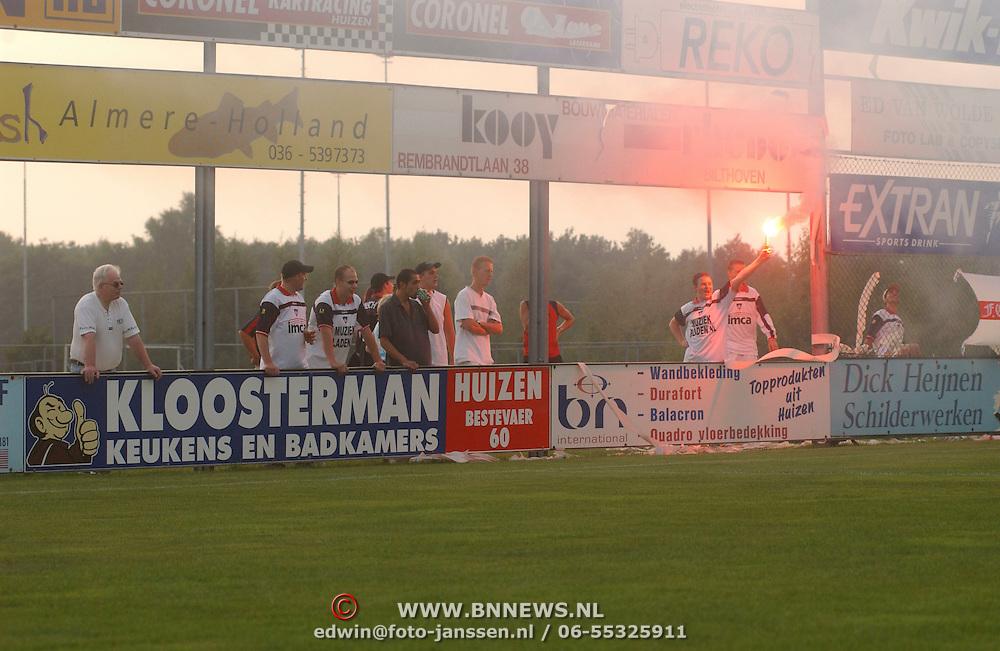 SV Huizen - FC Haarlem / supporters, vuurwerk, drank, spandoeken