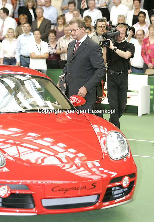 Porsche Tennis Grand Prix Turnier in Stuttgart-Filderstadt, Dr. Wendelin Wiedeking uebergibt den neuen Porsche Cayman S an die Siegerin Lindsay Davenport(USA), Siegerehrung,09.10.2005.