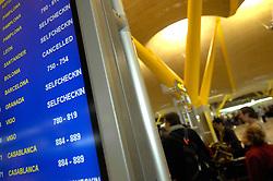 19.04.2010, Flughafen Barajas, Madrid, ESP, Flughafen Madrid Barajas im Bild Abflugtafeln. Auch in Spanien kommte es durhc den Vulkanausbruch in Island zu grossen Verzögerungen, EXPA Pictures © 2010, PhotoCredit: EXPA/ Alterphotos/ ALFAQUI/ R. Perez / SPORTIDA PHOTO AGENCY