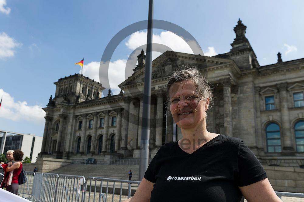 Eine Demonstrantin tr&auml;gt w&auml;hrend des Protest von Sexworkern am 02.06.2016 vor dem Bundestag in Berlin, Deutschland ein T-Shirt mit der Aufschrift &quot;#prosexarbeit&quot;. Mitarbeiter/innen aus dem Sexgewerbe Demonstrierten und der Motto &quot;Mein K&ouml;rper - Mein Bettlaken - Mein Arbeitsplatz&quot; gegen das gegen das Prostituiertenschutzgesetz das heute im Bundestag verhandelt wird. Foto: Markus Heine / heineimaging<br /> <br /> ------------------------------<br /> <br /> Ver&ouml;ffentlichung nur mit Fotografennennung, sowie gegen Honorar und Belegexemplar.<br /> <br /> Bankverbindung:<br /> IBAN: DE65660908000004437497<br /> BIC CODE: GENODE61BBB<br /> Badische Beamten Bank Karlsruhe<br /> <br /> USt-IdNr: DE291853306<br /> <br /> Please note:<br /> All rights reserved! Don't publish without copyright!<br /> <br /> Stand: 06.2016<br /> <br /> ------------------------------w&auml;hrend des Protest von Sexworkern am 02.06.2016 vor dem Bundestag in Berlin, Deutschland. Mitarbeiter/innen aus dem Sexgewerbe Demonstrierten und der Motto &quot;Mein K&ouml;rper - Mein Bettlaken - Mein Arbeitsplatz&quot; gegen das gegen das Prostituiertenschutzgesetz das heute im Bundestag verhandelt wird. Foto: Markus Heine / heineimaging<br /> <br /> ------------------------------<br /> <br /> Ver&ouml;ffentlichung nur mit Fotografennennung, sowie gegen Honorar und Belegexemplar.<br /> <br /> Bankverbindung:<br /> IBAN: DE65660908000004437497<br /> BIC CODE: GENODE61BBB<br /> Badische Beamten Bank Karlsruhe<br /> <br /> USt-IdNr: DE291853306<br /> <br /> Please note:<br /> All rights reserved! Don't publish without copyright!<br /> <br /> Stand: 06.2016<br /> <br /> ------------------------------