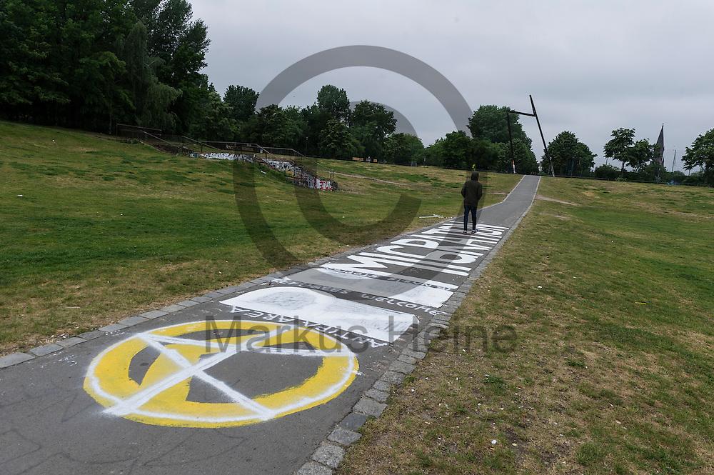 Ein &uuml;bermaltes rechtes Graffiti der rechtsextremen Indentit&auml;ren Bewegung ist am 25.05.2016 im G&ouml;rlitzer Park in Berlin, Deutschland zu sehen. Als Identit&auml;re Bewegung werden mehrere lose verbundene rechtsextreme bzw. v&ouml;lkisch orientierte Gruppierungen bezeichnet, die von der Neuen Rechten entwickelte Ideen des Ethnopluralismus aufgreifen. Foto: Markus Heine / heineimaging<br /> <br /> ------------------------------<br /> <br /> Ver&ouml;ffentlichung nur mit Fotografennennung, sowie gegen Honorar und Belegexemplar.<br /> <br /> Bankverbindung:<br /> IBAN: DE65660908000004437497<br /> BIC CODE: GENODE61BBB<br /> Badische Beamten Bank Karlsruhe<br /> <br /> USt-IdNr: DE291853306<br /> <br /> Please note:<br /> All rights reserved! Don't publish without copyright!<br /> <br /> Stand: 05.2016<br /> <br /> ------------------------------Ein &uuml;bermaltes rechtes Graffiti der rechtsextremen Indentit&auml;ren Bewegung ist am 25.05.2016 im G&ouml;rlitzer Park in Berlin, Deutschland zu sehen. Als Identit&auml;re Bewegung werden mehrere lose verbundene rechtsextreme bzw. v&ouml;lkisch orientierte Gruppierungen bezeichnet, die von der Neuen Rechten entwickelte Ideen des Ethnopluralismus aufgreifen. Foto: Markus Heine / heineimaging<br /> <br /> ------------------------------<br /> <br /> Ver&ouml;ffentlichung nur mit Fotografennennung, sowie gegen Honorar und Belegexemplar.<br /> <br /> Bankverbindung:<br /> IBAN: DE65660908000004437497<br /> BIC CODE: GENODE61BBB<br /> Badische Beamten Bank Karlsruhe<br /> <br /> USt-IdNr: DE291853306<br /> <br /> Please note:<br /> All rights reserved! Don't publish without copyright!<br /> <br /> Stand: 05.2016<br /> <br /> ------------------------------