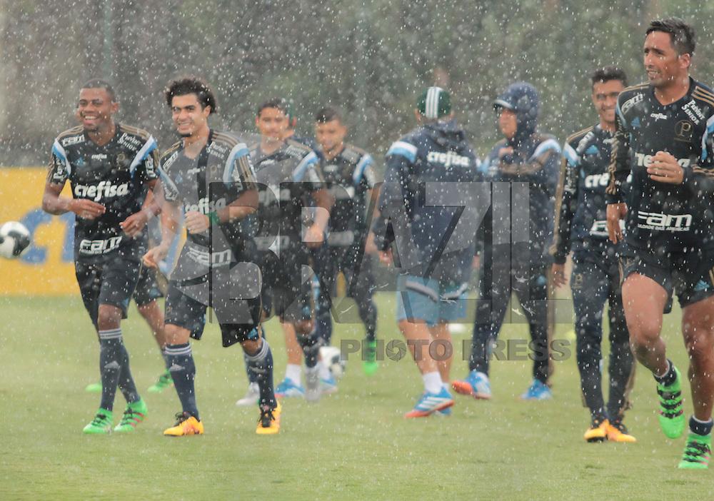 SÃO PAULO,SP, 02.02.2016 - FUTEBOL-PALMEIRAS -  Jogadores do Palmeiras abandonam o treino por causa das fortes chuvas na Academia de Futebol na Barra Funda, na região oeste de São Paulo, na tarde desta terça-feira (02). (Foto : Marcio Ribeiro/Brazil Photo Press)