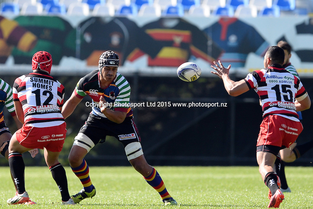 Counties Manukau's Johnny Fa'auli successfully passes the ball to Toni Pulu during the ITM Cup match between North Harbour and Counties Manukau. QBE Stadium, Auckland, New Zealand. Saturday 12 September 2015. Copyright Photo: Raghavan Venugopal / www.photosport.nz