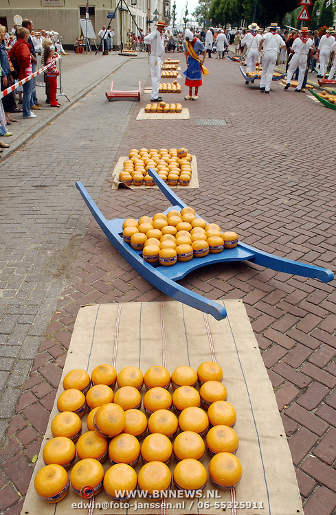 NLD/Weesp/20050702 -Herengracht Weesp, ouderwetse Edammer kaasmarkt