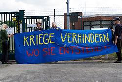 Rund 30 Menschen haben am 24.Mai gegen die Firma Hader Digital in Thurau demonstriert. Sie zogen vom Ortseingang Woltersdorf zum Thurauer Turm wo die Firma Hader ansässig ist. Die Firma Hader stell in Thurau unteranderem optische Komponenten für die Militärische Nutzung her.