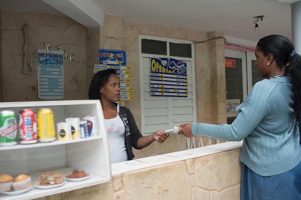 En attendant la fin de l'embargo, de nombreux Cubains essaient d'améliorer leur quotidien en ouvrant chez eux un petit commerce.