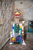 """SCIACCA (AG), ITALIA - 22 APRILE 2015:  Opera dell'artista Giulio Lorubbio dal titolo """"Basato sull'inciuria """"Faccia ri pala e lu so cani"""" nella sua abitazione di Cortile Carini a Sciacca il 22 aprile 2015. Giulio Lorubbio è un artista autodidatta e istintuale che crea mosaici e collage tridimensionali con elementi riciclati trovati per strada, in spiaggia, in campagna: frammenti di vetro, pezzi di legno, reti, conchiglie, piastrelle rotte."""