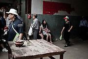 Des touristes chinois découvrent l'un des Tulous (encore habité) de Yongding. Deux modes de vies se croisent...