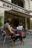 22 AUG 2002, BERLIN/GERMANY:<br /> Mann mit Hund vor einer Filiale von Einstein Kaffee, Kurfuerstendamm 50a<br /> IMAGE: urban20020822-01-002<br /> KEYWORDS: Caffee-Bar, Kaffee, Cafe,