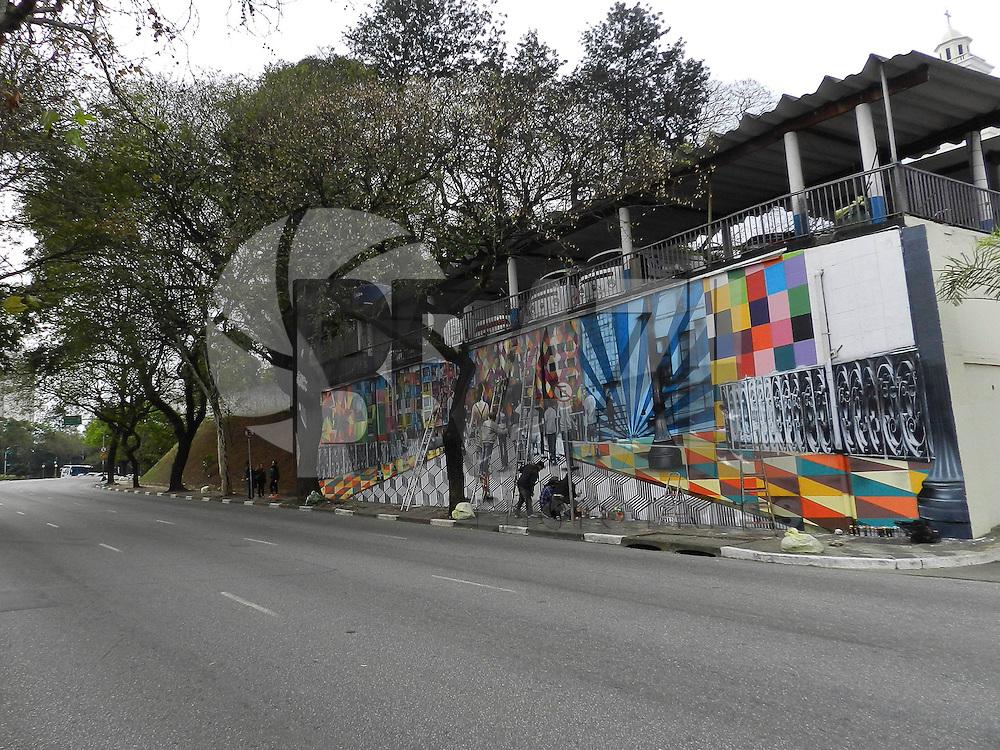 SAO PAULO - SP - 17 DE AGOSTO DE 2013 -  PAINEL/GRAFITE - O segundo painel, do artista Kobra, nos muros da Igreja do Calvário em Pinheiros, deverá ficar pronto na próxima semana. FOTO: MAURICIO CAMARGO / BRAZIL PHOTO PRESS.