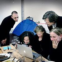 Nederland, Amsterdam , 3 mei 2011..Van 1 t/m 4 mei hebben vier kunstenaars en vier politici zich bereid gevonden om met open vizier hun eigen doelen en strategieën en hun samenwerking met anderen ter discussie te stellen. De deelnemers vinden elkaar in de overtuiging dat kunst en politiek elkaar op een veelheid van niveaus raken en van cruciaal belang zijn voor de samenleving..Het project Allegories of Good and Bad Government is voortgekomen uit een doorlopende discussie tussen de beeldend kunstenaars Hans van Houwelingen en Jonas Staal en de Amsterdamse PvdA wethouder van kunst en cultuur Carolien Gehrels. In deze gesprekken stellen zij vanuit hun eigen praktijk de wederzijdse invloed en belangen tussen het politieke en artistieke domein ter discussie..Op de foto 2e van links kunstenaar Jonas Staal, Politicus Mariko Peters, wethouder Carolien Gehrels, kunstenaar Hans van Houwelingen en Nicoline van Harskamp..Foto:Jean-Pierre Jans