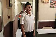 Jacky Yuen, propriétaire de l'une des dizaines de Guesthouses de Mirador Mansions pose après sa séance de sport. Arrivé de Shangai en 1951 à l'âge de 7 ans avec sa famille fuyant la venue des communistes il n'a plus jamais quitté Hong-kong et le quartier de Kowloon. Aujourd'hui sa guesthouse de 5 chambres le fait vivre.