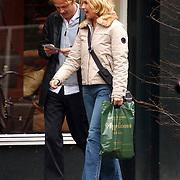 NLD/Laren/20030307 - Anita Witzier en haar partner Michel Nillesen winkelend in Laren