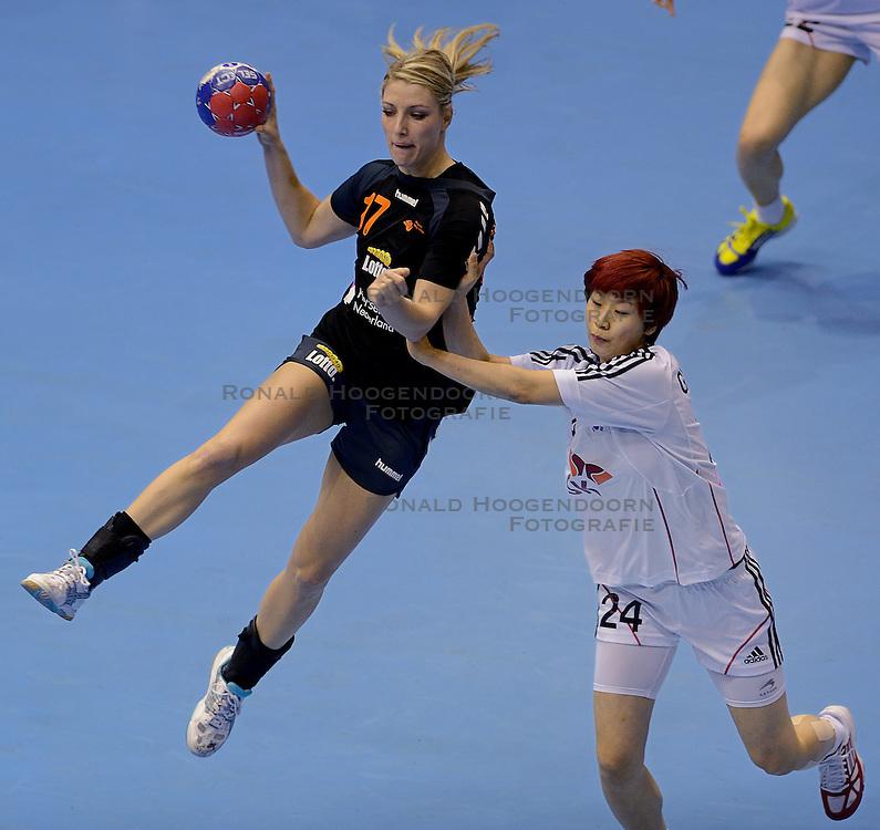 08-12-2013 HANDBAL: WERELD KAMPIOENSCHAP ZUID KOREA - NEDERLAND: BELGRADO <br /> 21st Women s Handball World Championship Belgrade. Nederland verliest de tweede partij van het WK met 29-26 van Korea /(L-R) Nycke Groot, GWON Han Na<br /> ©2013-WWW.FOTOHOOGENDOORN.NL