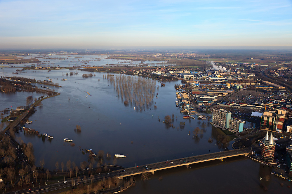 Nederland, Limburg, Roermond, 2011-01-10; hoogwater Maas, brug Rijksweg N280 en Maasplassen, in noordoostelijke richting. Het hoogwater is een gevolg van sneeuwsmelt en neerslag in de bovenloop van de rivier. .Meuse flood, bridge highway N280 and Maasplassen, in a northeasterly direction. High water due to snow melt and precipitation upstream. .luchtfoto (toeslag), aerial photo (additional fee required).© foto/photo Siebe Swart